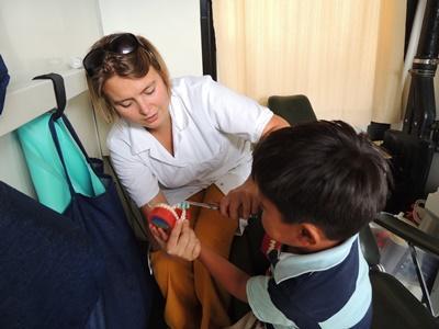 玻利維亞護理項目實習生幫助兒童學習健康衛生常識