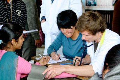 義工參與尼泊爾的護理實習項目,觀摩當地護士如何診斷病患