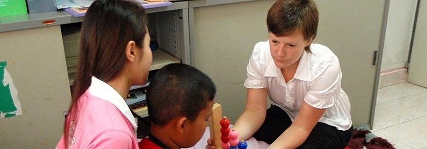 實習生參與海外的職業治療項目,帶領孩子接受治療