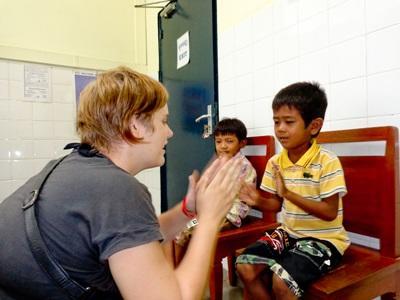 義工在柬埔寨的職業治療項目與孩子玩遊戲