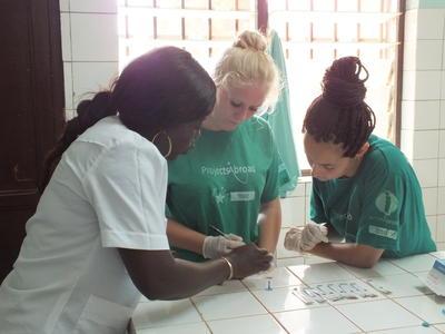 實習生與專業的醫護人員一起工作,汲取寶貴的實際經驗