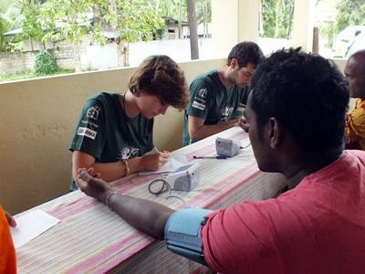 Projects Abroad 公共健康項目實習生量度一名斯里蘭卡男病人的血壓