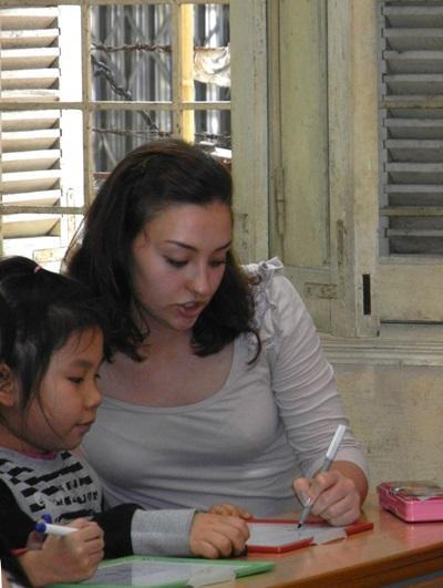 言語治療實習生帶著越南的孩子參進行治療活動