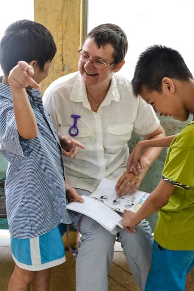 Projects Abroad Speech Therapy volunteer works with Vietnamese children at a rehabilitation center in Asia.