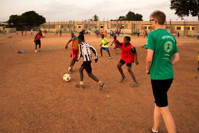 在加納初中生義工營與當地孩子一起參與有趣的學習活動
