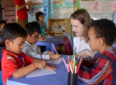Projects Abroad 學生參與柬埔寨初中生義工營幫助當地的孩子