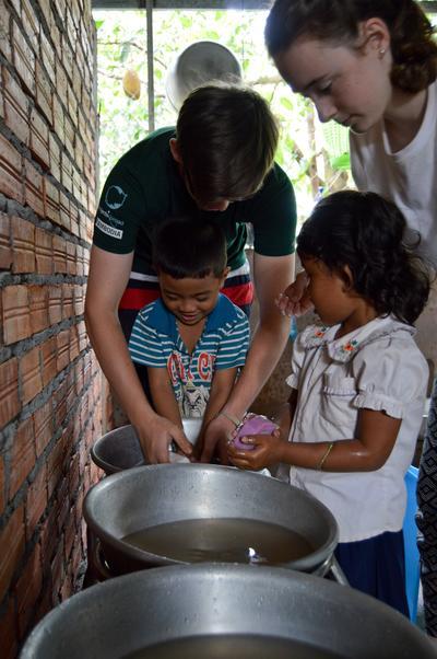 參與初中生義工營活動,在海外進行支援孩子的義工服務
