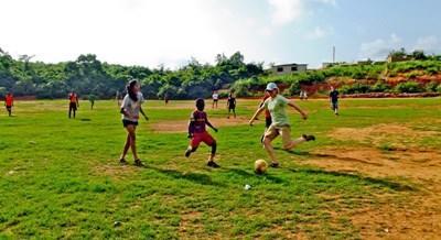 Projects Abroad義工在加納向學校的學生進行足球指導工作
