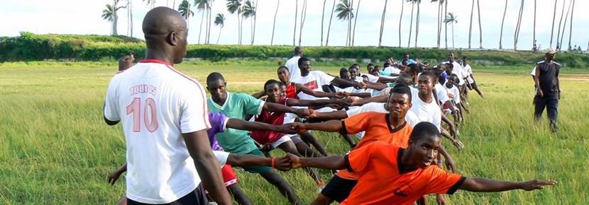 義工教練參與加納學校的橄欖球訓練