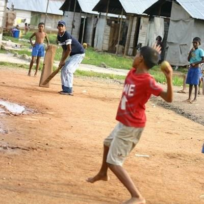 義工教練在斯里蘭卡指導學生打板球的技巧