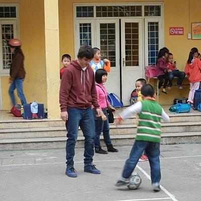體育義工和越南學童一起做熱身運動