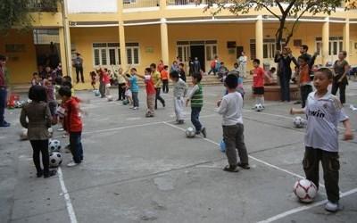 體育義工在越南教導一班學童上體育課
