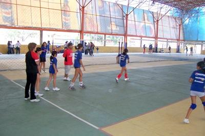 Volunteers play volleyball with school children in Bolivia