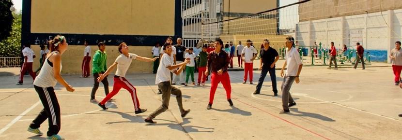 Projects Abroad義工在海外與學生參與排球訓練