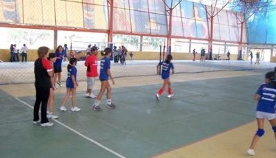 Volunteers coach volleyball in a school with Projects Abroad