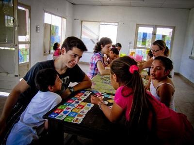教學項目義工在阿根廷的學校課室幫忙指導學生的課業