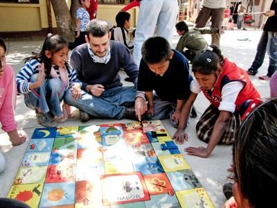 玻利維亞教學義工與孩子一起參與學習遊戲