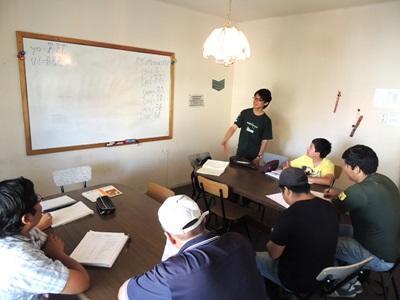 日本男義工在課室指導玻利維亞學生