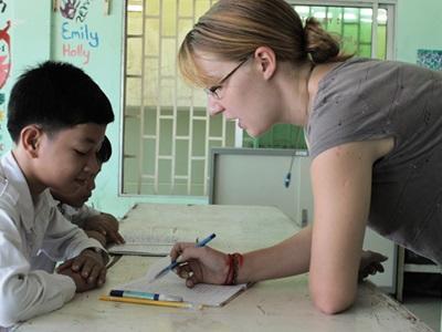 義工在柬埔寨的學校教導英語