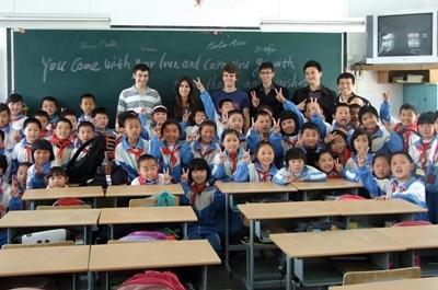 義工參與中國教學項目,教導的學生班級課室