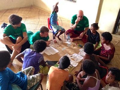 斐濟學生從Projects Abroad義工團隊的指導了解鯊魚知識
