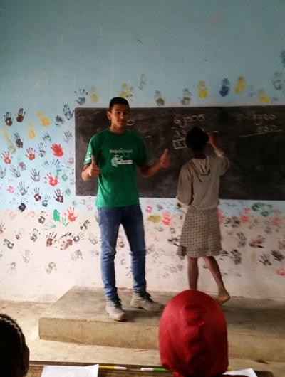 Projects Abroad volunteer teacher leads an English lesson in a classroom in Madagascar.
