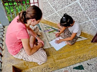 教學義工在尼泊爾的學校與孩子進行手工藝活動