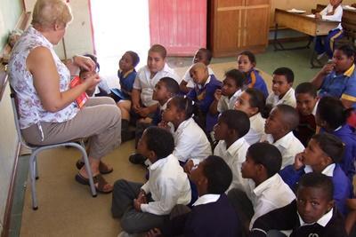 年長義工在南非學校負責教導一個班級的年幼學童