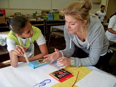 南非開普敦一名學生在課堂與義工進行交流