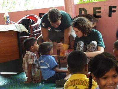 義工互相幫助一起指導斯里蘭卡孩子