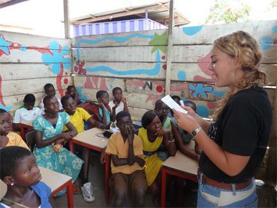 教學義工與海外學校的孩子進行教學活動