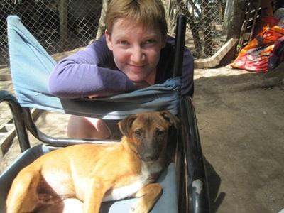 動物關愛義工在阿根廷幫忙照顧體弱的狗隻