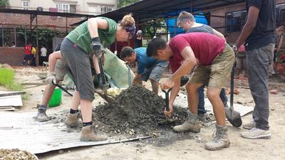 災後支援及重建項目的義工在尼泊爾的加德滿都合力幫忙重建學校課室