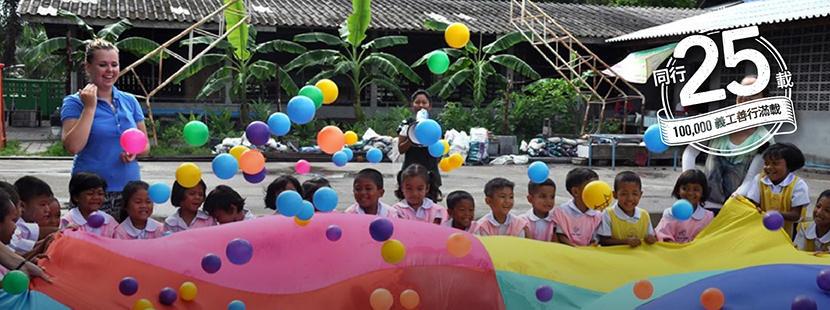 兩名義工在關愛機構為孩子組織學習活動