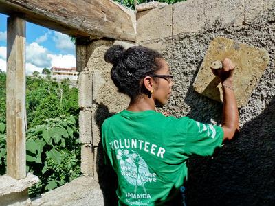 義工參與牙買加復活節義工營的社區建設工作,協助翻新房屋